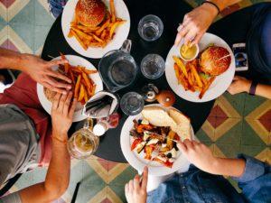 Leute essen Fast Food